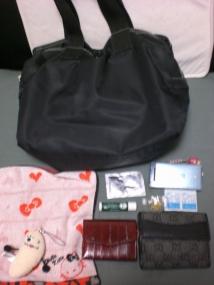 バックの中はお財布やハンカチ、コンタクトレンズ、薬用リップなど入っています