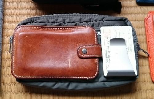 吉田カバンのポーチと、土屋鞄のノベルティのスマホケースに、マネークリップ