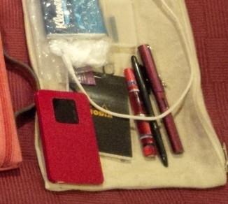 Wifiルーター、メモ帳、万年筆など