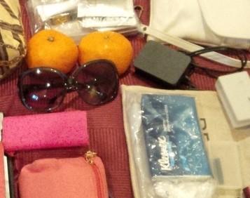 みかん、サングラス、折り畳みバッグ、ティッシュ、充電器