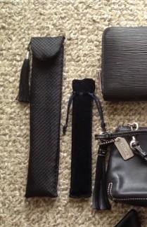 黒の扇子とスワロの黒ボールペン