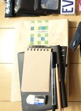 手帳、メモ用紙、参考書、文庫本